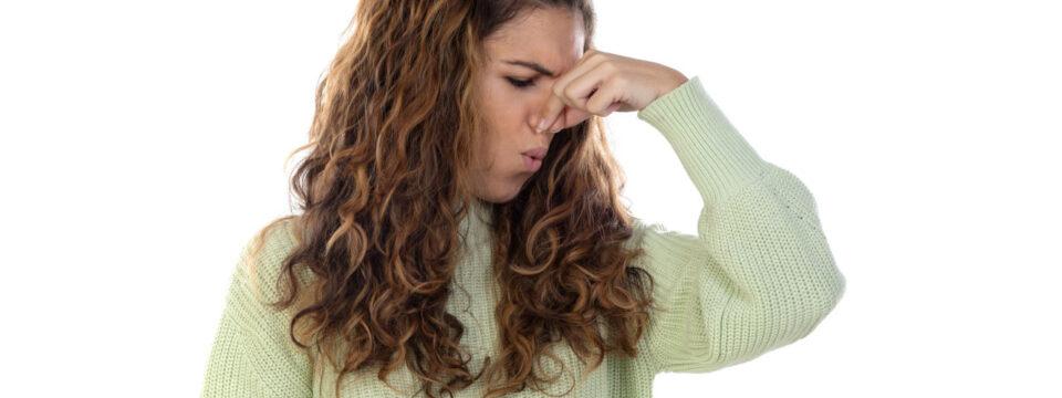 Jak pozbyć się zapachu kociego moczu w domu?